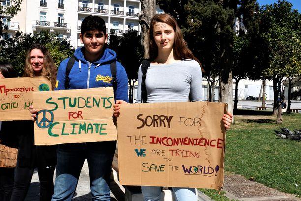 Nuoret ilmaisivat mieltään ilmaston puolesta Ateenassa. Mielenosoituksia ilmaston puolesta on järjestetty ympäri maailmaa.