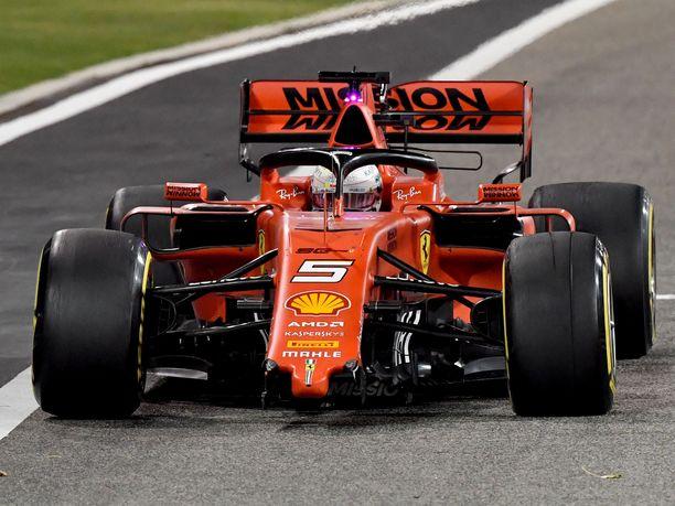 Sebastian Vettel joutui tekemään Bahrainin GP:ssä yhden ylimääräisen varikkopysähdyksen ja hakemaan uuden etusiiven ja uudet renkaat vaurioituneiden tilalle.