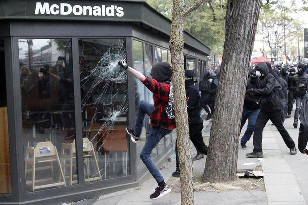 Kansainvälisen hampurilaisketjun ravintola koki ilkivaltaa Pariisissa.