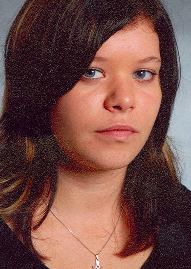 Mira-Marialla on keskiruskeat hiukset ja siniset silmät.