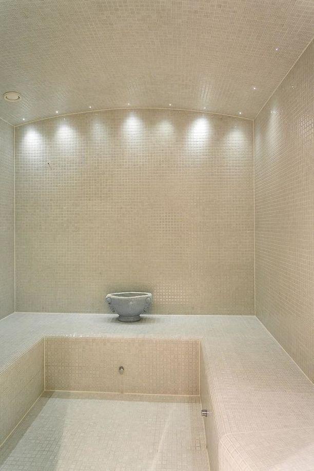 Asunnossa on oma spa-osasto. Yksi osaston mukavuuksista on höyrysauna.