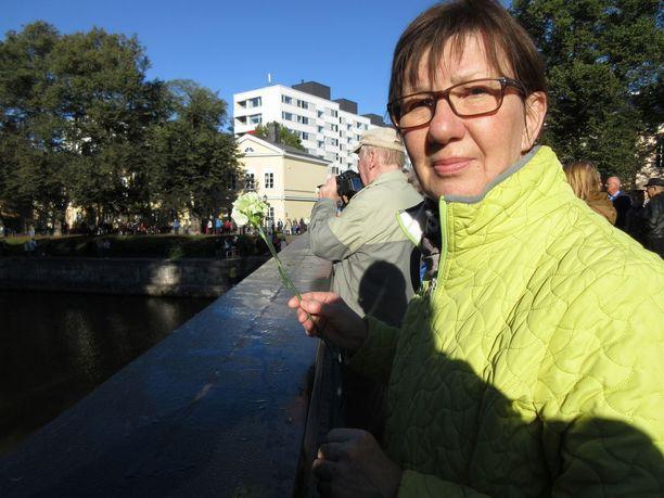 Turkulainen Anita Leppäranta toivoo kukkien laskusta vuosittaista perinnettä.