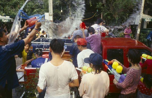 Vettä loiskitaan muiden juhlijoiden päälle ämpärikaupalla.