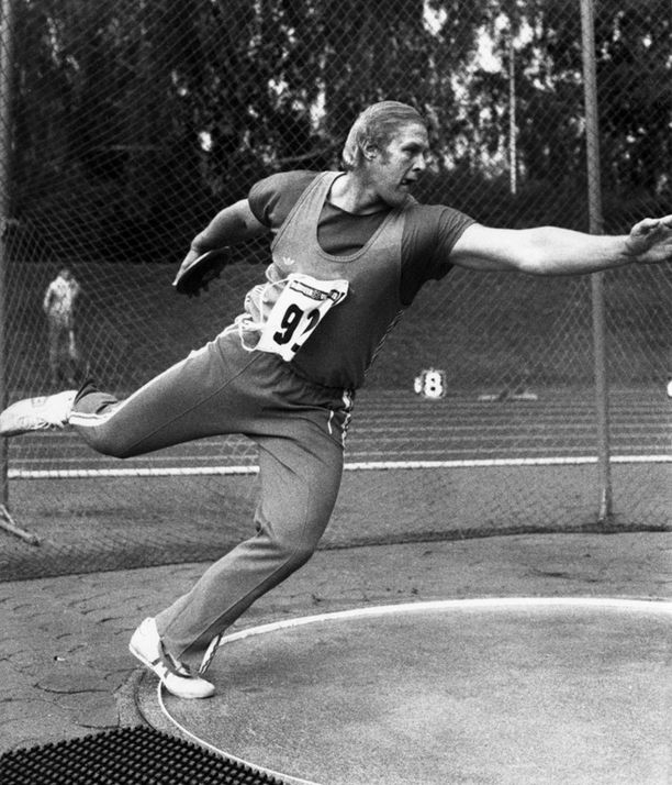 Lähes kaksimetrinen Ari Huumonen nousi nopeasti Suomen huipulle kiekonheitossa.