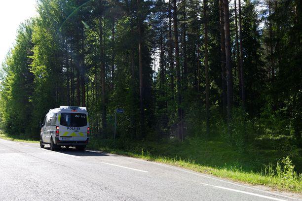 Poliisiautoja partioi useampia Sanginjoen maisemissa. Alue on haastavakulkuista, tiheää metsää.