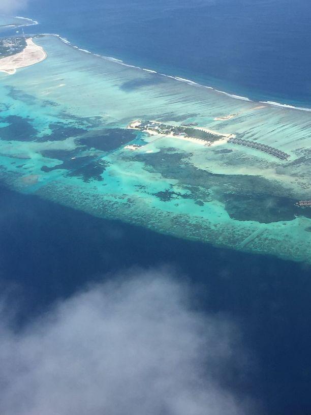 Saaria reunustavat laguunit ja riutat näkyvät ilmasta käsin parhaiten.
