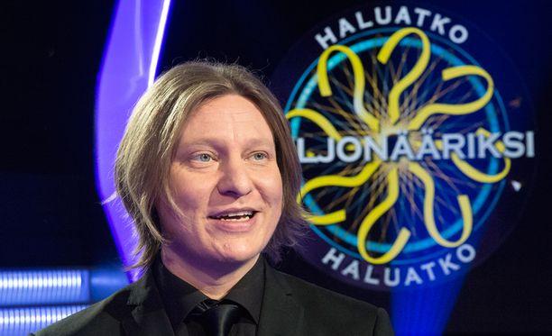 Jaajo Linnonmaa vetää Suomen Haluatko Miljonääriksi? -ohjelmaa.