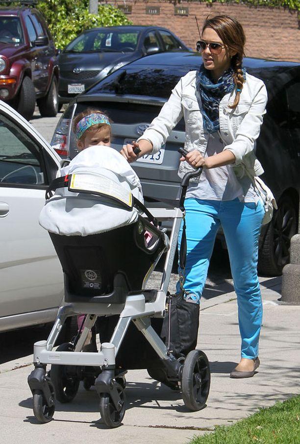 Jessica Alba vei jälkikasvunsa kävelylle.