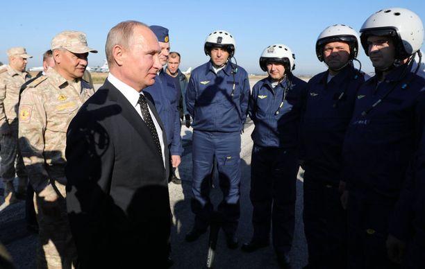Presidentti Vladimir Putin kävi joulukuussa tapaamassa venäläisjoukkoja Hmeimimin lentotukikohdassa Syyriassa. Kreml on kiistänyt käyttävänsö palkkasotilaita Syyriassa.