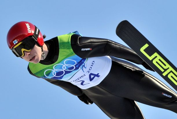 Janne Happonen hyppäsi 10-vuotiaana Rukan suurmäestä 145 metriä. Nyt hän valmentaa kiinalaisia, joista osalle hiihtosuksetkin ovat täysin vieraat. Happonen edusti Suomea Vancouverin olympialaisissa 2010 sekä Torinossa 2008.