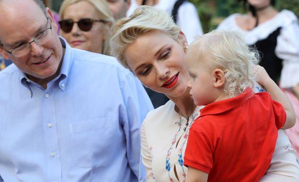 Albert ja Charlene viihtyivät picnic-tapahtumassa poikansa kanssa.