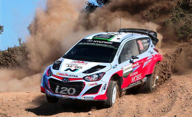 Hyundain Hayden Paddon raivoaa Sardinian MM-rallin kärjessä.