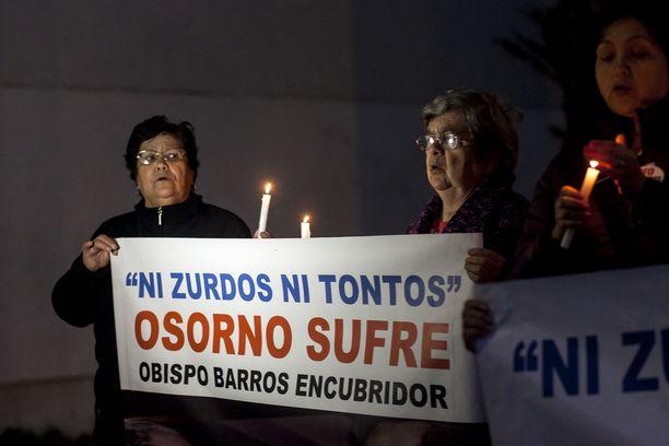 Barrosin eroa vaatineet mielenosoittajat seurasivat paavia koko tämän Chilen-vierailun ajan.