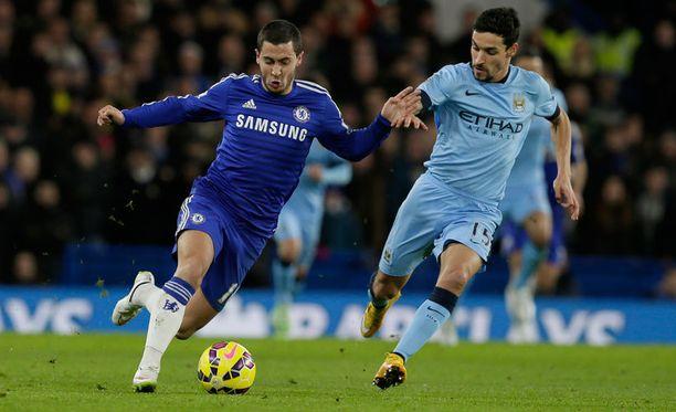 Chelsean Eden Hazard yrittää karata Manchester Cityn Jesus Navasilta.
