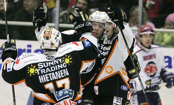 2-0 maalin tekijä Janne Lahti tuulettaa kasvot kameraan päin. Juhlintaan osallistuu myös syötön antanut Ville Leino oikealla puolella.