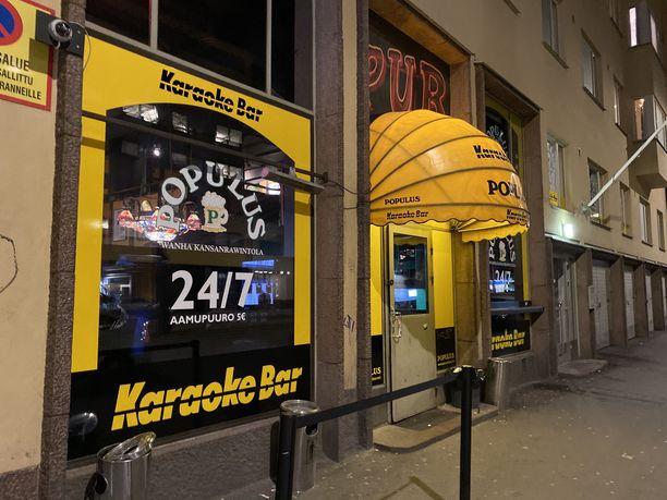 Helsingin Populuksessa oli väkeä tavalliseen perjantai-iltaan verrattuna vähemmän. Silti tunnelma oli tiivis ja karaokemikrofoni kiersi ahkerasti kädestä toiseen.