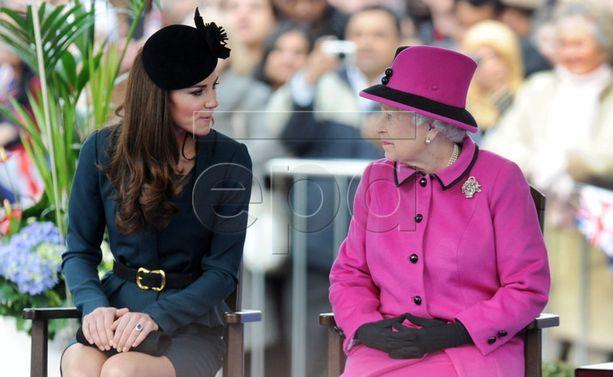Herttuatar Catherinella ja kuningattarella synkkaa selvästi. Katsekontakti kertoo, että heillä on halua kuunnella, mitä toisella on sanottavanaan. Catherinen ilme ja kuningattaren hymy kertovat, että heillä on meneillään selvästi molempia huvittava keskustelu. Molempien istuma-asento on kenties jopa tahattomasti samanlainen.