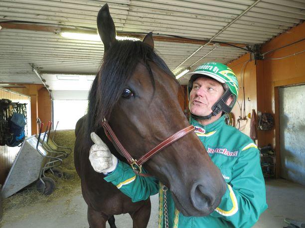 EP eli Erkki-Pekka Mäkinen on ravi- ja hevosmies henkeen ja vereen, mutta myös armoton vääräleuka ja show-mies. Hänen tähtiorinsa Graceful Swamp taistelee 6. lokauuta Kriterium-finaalissa 112000 euron summasta.
