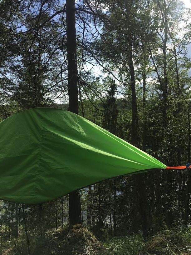 Majoite ripustetaan liinoilla vaikkapa puunrunkoihin, ja sen voi pystyttää jyrkkäänkin rinteeseen.