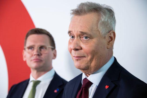 SDP:n puheenjohtaja Antti Rinne (edessä) ja puoluesihteeri Antton Rönnholm tulkitsevat vaalitulosta siten, että se antaa SDP:lle mandaatin yrittää hallituksen muodostamista Suomeen.