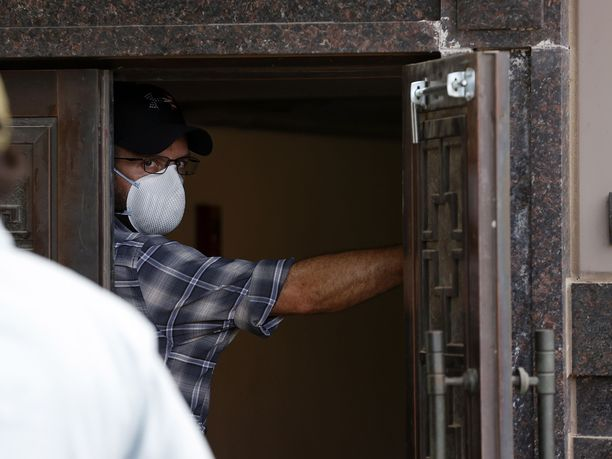 Yhdysvaltain viranomaisiksi oletetut miehet menivät voimakeinoin sisään Kiinan Houstonin-konsulaattiin perjantai-iltapäivänä pian sen jälkeen, kun konsulaatin työntekijät olivat poistuneet rakennuksesta.