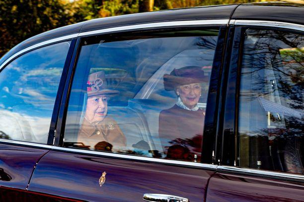 Kuningatar Elisabet saapui sunnuntaina jumalanpalvelukseen päivää ennen kriisikokousta.