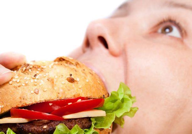 Pikaruokaan on helppo sortua, jos nälkä on kasvanut liian suureksi väliin jätetyn aterian takia.