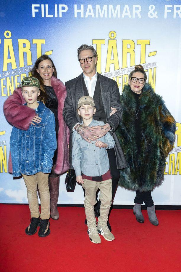 Mikael Persbrandt puolisonsa Sanna Lundellin ja parin lasten Lon ja Igorin kanssa. Parin kolmas lapsi syntyi huhtikuussa 2018. Kuvassa myös näyttelijän äiti Inga-Lill.