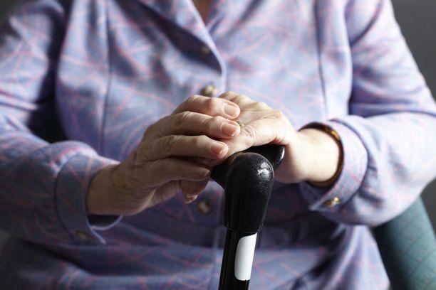 Ensihoitaja, Helsingin Seudun Sairaankuljetus Oy:n toimitusjohtaja Heidi Koiviston mukaan ensihoitajat kohtaavat liian usein tilanteita, joissa vanhus on kotonaan heitteillä.