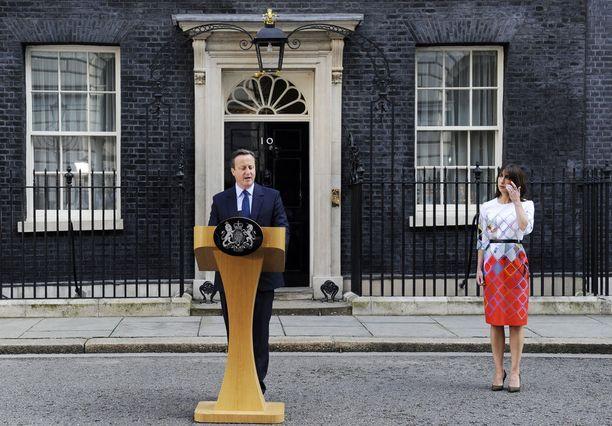 Tämä kuva on otettu 24.6.2016. Silloinen Britannian pääministeri David Cameron ilmoittaa erostaan vaimo Samantha vierellään.