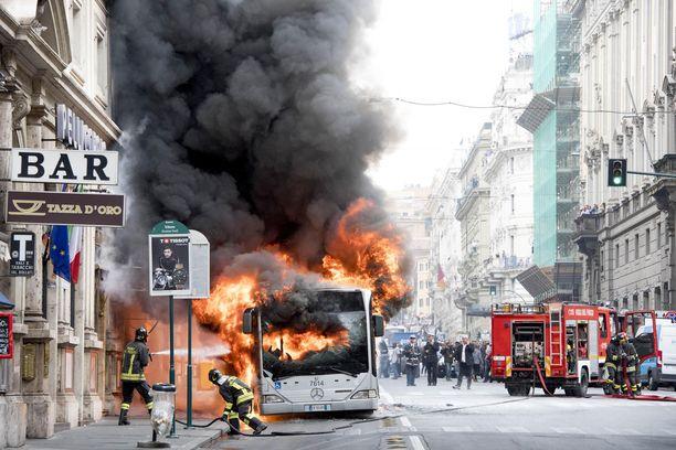 Bussi syttyi palamaan vilkkaalla ostoskadulla.
