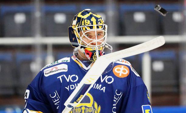 Kaapo Kähkönen hallitsee mailapelin.