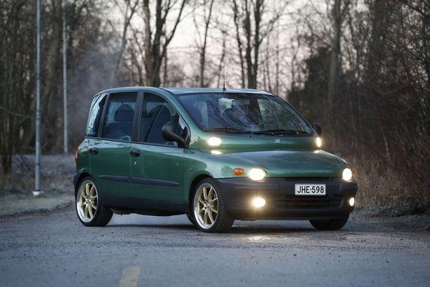 Multipla Fiat 1.6 16V vuosimallia 1999. Heikki Leppimäen valioyksilö on tuotu Saksasta Suomeen vuonna 2007. Leppimäki hankki auton syksyllä. Hän on huollattanut auton tekniikan, tehnyt pientä siistimistä ja hankkinut 18 tuuman pyörät kultaisilla vanteilla.