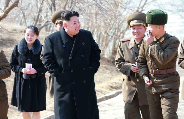 Vasemmalla veljensä takana näkyvä Kim Yo-jong tutustumassa sotilaiden toimintaan.