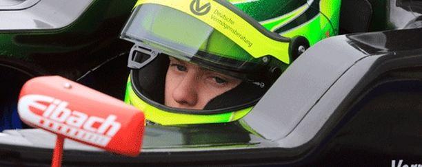 Mick Schumacher kaasuttelee ensimmäisen kisaviikonloppunsa Formula 4 -sarjassa.