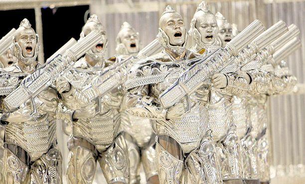 Tähtien sota? Onko marsilaisten invaasio vihdoin alkanut? Ei suinkaan. Kuvan riehakkaat herrat osallistuivat vain viikonloppuna Rio de Janeiron maailmankuuluille sambakarnevaaleille, joilla he pääsivät esittelemään komeita tykkejään.