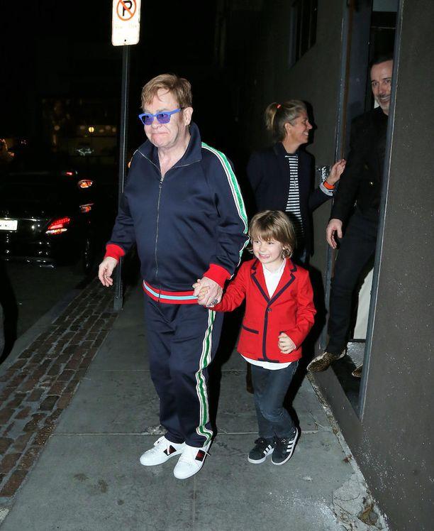 70-vuotias Elton John haaveili pitkään isyydestä.