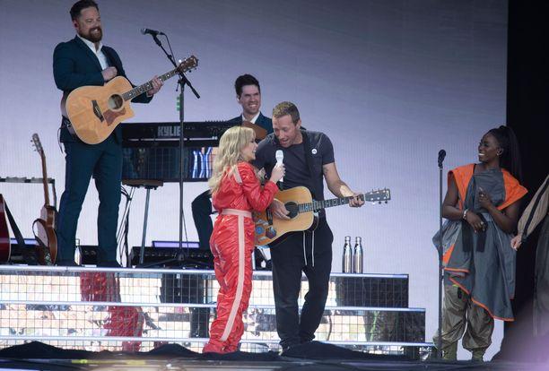 Kylien kanssa lavalla nähtiin myös Coldplay-laulaja Chris Martin.