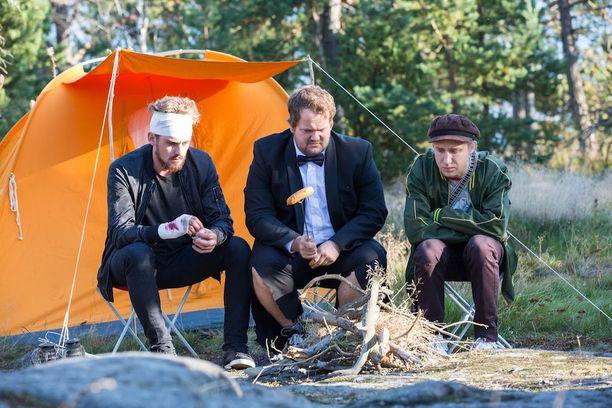 Lauri Tilkanen, Kalle Lamberg ja Ylermi Rajamaa tähdittävät sekoilukomediaa.
