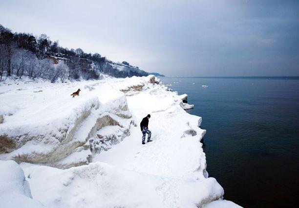 Korkea rantatörmä on komea näky talvellakin.