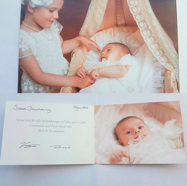 Kiitoskortissa on myös sisarusten yhteiskuva.