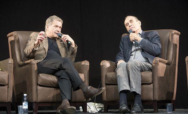 Presidentti Sauli Niinistö ja kirjailija Jörn Donner keskustelivat Helsingin kirjamessuilla vuonna 2015.
