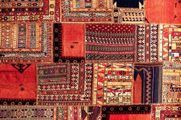 Tunnelmallinen patchwork -matto koostuu useista itämaisten mattojen paloista.