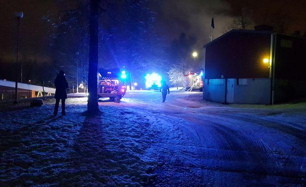 Rivitaloasunto sijaitsee Espoon Lippajärventiellä, Auroran koulun takana.