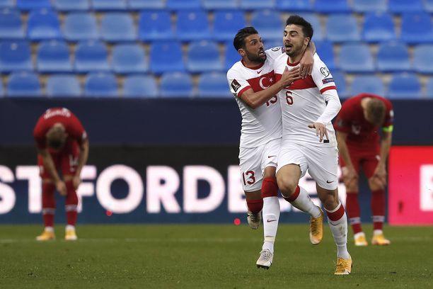 Ozan Tufan (oikealla) laukoi Turkille kaksi maalia La Rosaledalla.