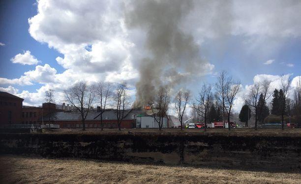 Tehdasrakennus on tulessa Äänekoskella.