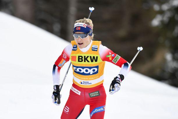 Therese Johaug hiihti odotetusti 10 kilometrin kilpailun voittoon.