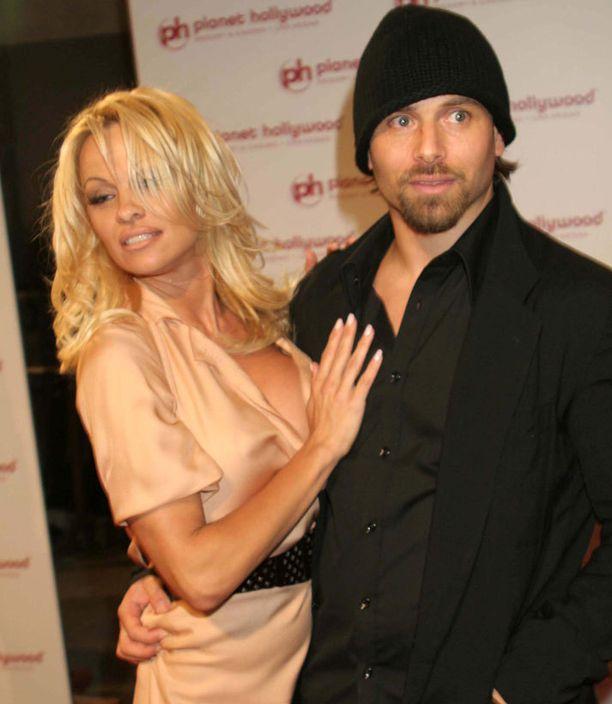 Pamela Anderson ja Rick Salomon hakevat paraikaa eroa.