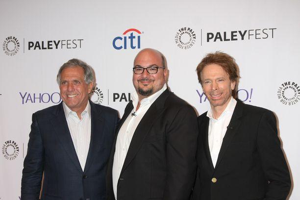 CSI:n luoja Anthony E. Zuiker, keskellä, poseerasi CBS-tv-kanavan pomon Les Moonvesin ja menestystuottaja Jerry Bruckheimerin (oik.) kanssa Paleyfest-tv-tapahtumassa keskiviikkona Los Angelesissa.
