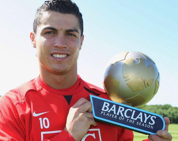 Christiano Ronaldo ja Valioliigan parhaan pelaajan palkinto vuosimallia 2008.
